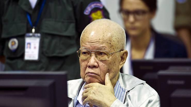 Kambodschas früherer Staatschef Khieu Samphan bei der Eröffnung des Berufungsverfahrens. Er war in erster Instanz wegen Verbrechen gegen die Menschlichkeit zu lebenslanger Haft verurteilt worden.