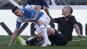 Romas Nainggolan (rechts) bekommt die Härte von Mattiello zu spüren