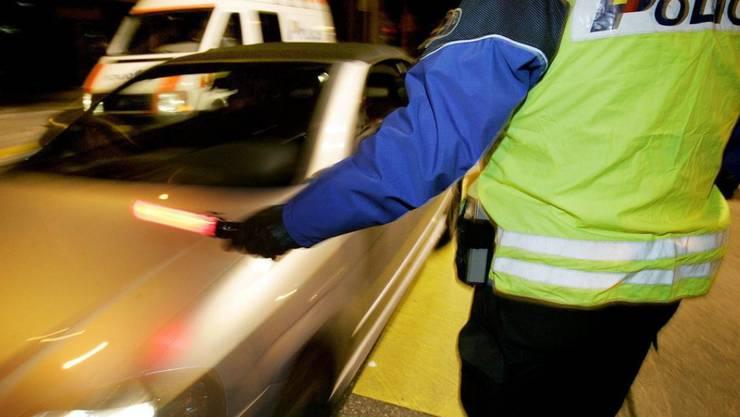 Als der Fahrer merkte, dass die Polizei am Ende der Autobahnausfahrt Kontrollen durchfühte, fuhr er rückwärts auf die Autobahn zurück. (Symbolbild)