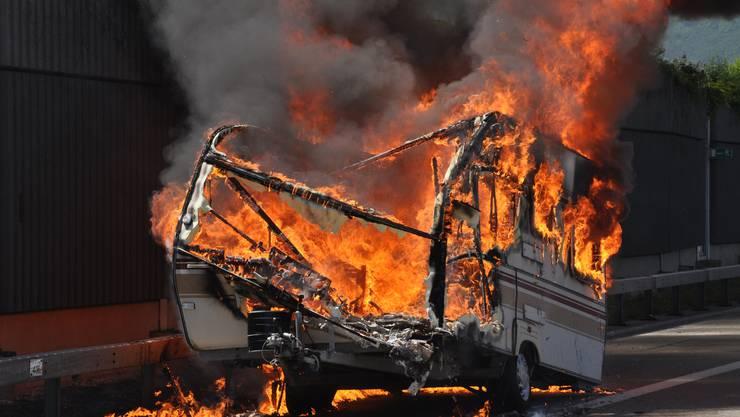 Das Feuer zerstörte den Wohnwagen. (Archiv)