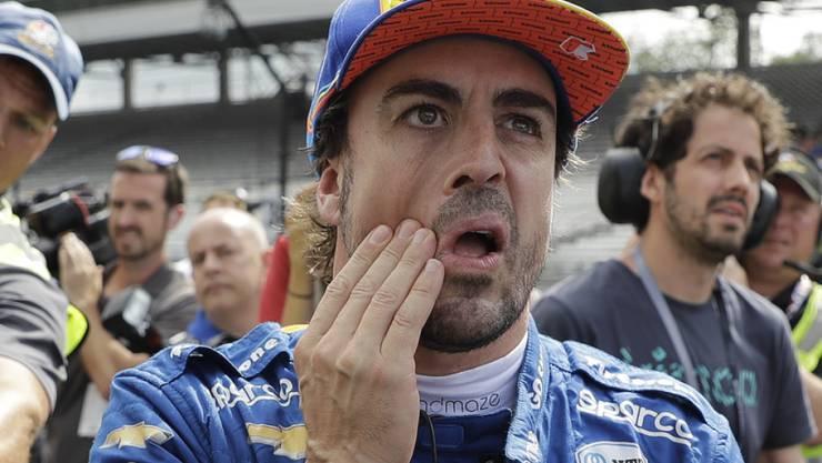 Fernando Alonso mit nachdenklichem Blick zur Anzeigetafel.