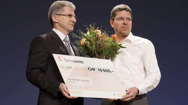 Der Seengener Tobias Meier (rechts) bekommt den Swisscanto-Preis.