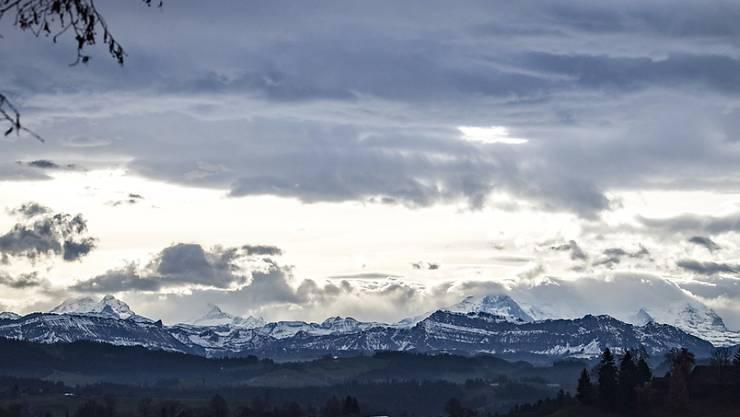 Föhnstimmung über den Berner Alpen, Eiger, Mönch, Jungfrau, (Mitte), am Mittwoch, 23. November 2016 bei Affoltern im Emmental. (KEYSTONE/Marcel Bieri)