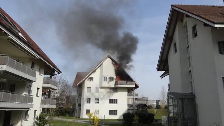Brand in Dietikon: Im Dachgeschoss eines Mehrfamilienhauses an der Birmensdorferstrasse loderten die Flammen.