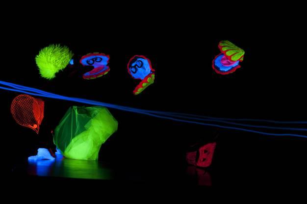 Blau leuchtende Seile vermitteln den Eindruck, unter Wasser zu sein