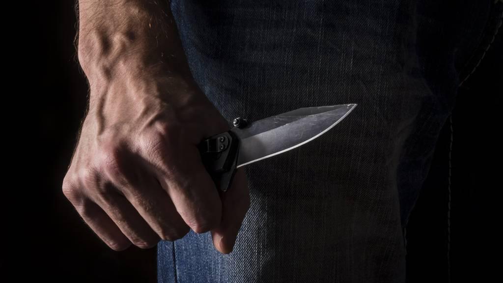 21-Jähriger mit Messer attackiert und schwer verletzt