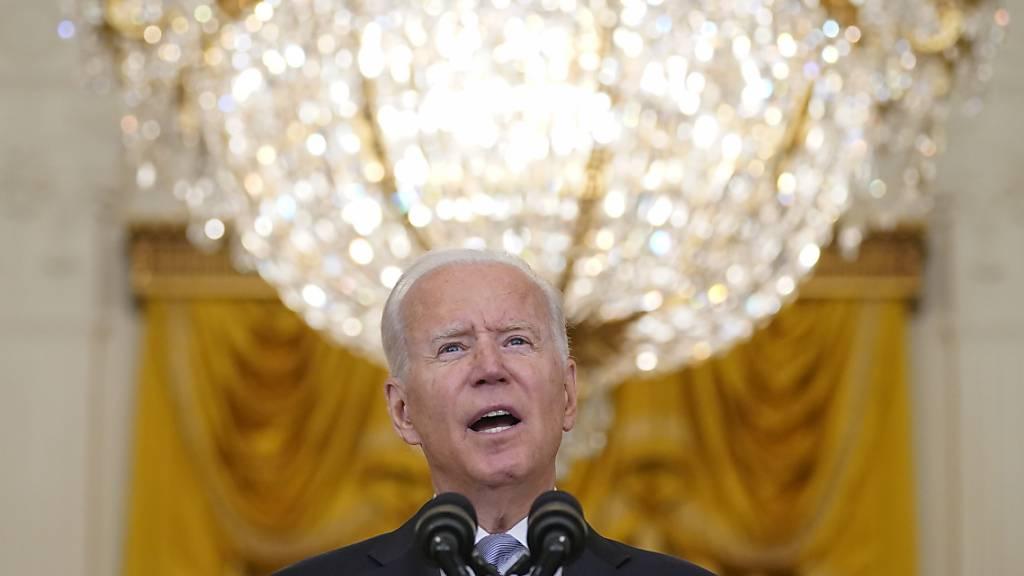US-Präsident Joe Biden spricht im Weißen Haus über die Situation in Afghanistan. Das Weiße Haus teilte am Dienstagabend (Ortszeit) mit, dass sich in der kommenden Woche die Staats- und Regierungschefs der G7-Staaten bei einer Videokonferenz über das weitere Vorgehen in Afghanistan beraten werden. Foto: Evan Vucci/AP/dpa