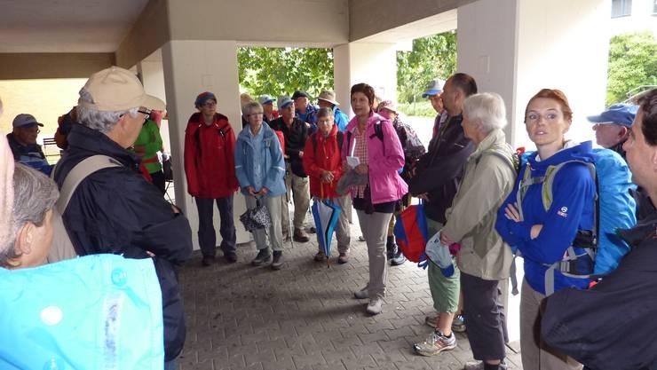 Samantha Freivogel (Mitte, in violetter Bluse) begrüsst als Wanderbegleiterin von Baselland Tourismus die Wanderschar in Bubendorf.