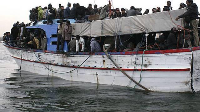 Bootsflüchtlinge kommen in Italien an