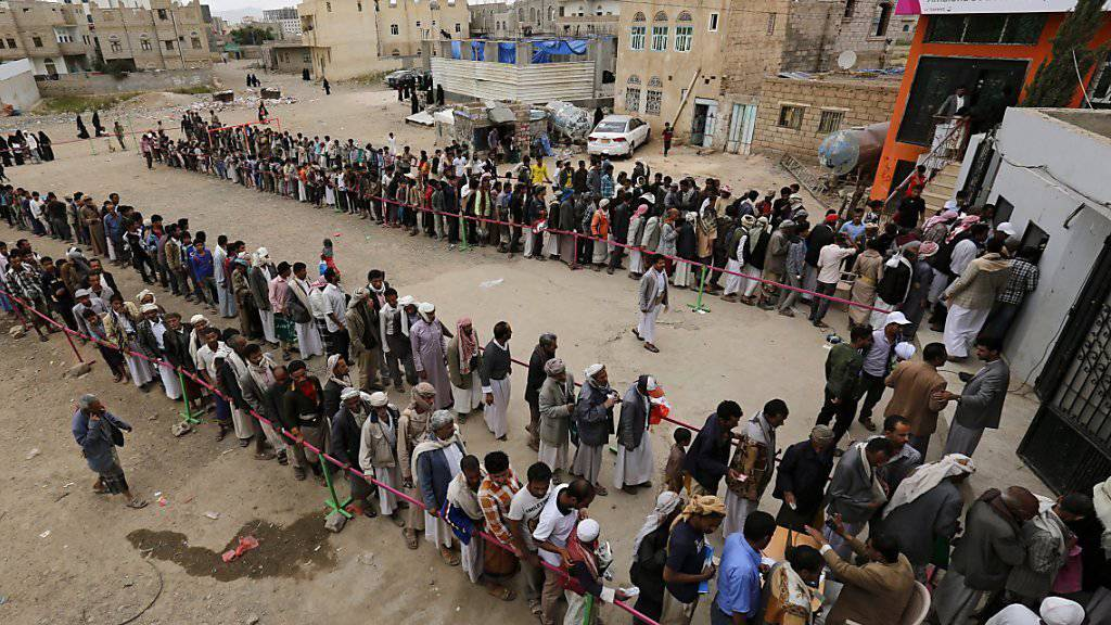Anstehen für die Fastenbrechen-Party im Jemen: Mehrere Selbstmordattentäter sprengen sich bei Kontrollpunkten in der Hafenstadt Mukalla in die Luft. (Archivbild)