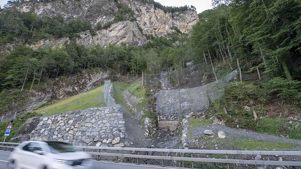Sicherheitsnetze und Dämme im Steinschlaggebiet Gumpisch an der Axenstrasse im Kanton Uri. (Archivbild)