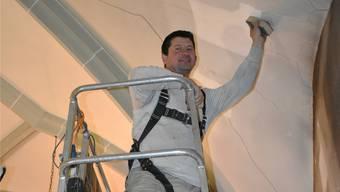 Bei der Trockenreinigung der Kirchendecke setzt Restaurator Maurizio Lavina Pinsel und Schwämme ein. nbo