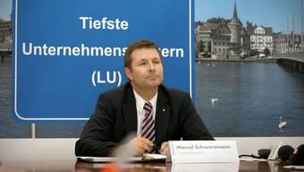 Im September 2009 mit einem Werbeplakat.chris Iseli
