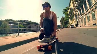 Entspannte Sache: Benjamin Kaufmann surft mit seinem E-Longboard durch Luzern.