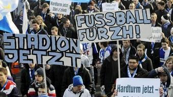 Fussball-Fans in Zürich fordern ein neues Stadion - das Zürcher Stadtparlament zeigt Gehör (Archiv)