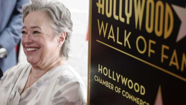Schauspielerin Kathy Bates freut sich über ihren Stern auf dem Walk of Fame in Hollywood.