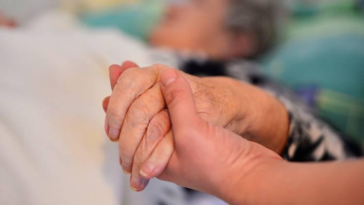 Der Basler Grosse Rat fordert, dass Sterbehilfeorganisationen wie Exit freien Zugang zu öffentlich unterstützten Spitälern, Alters- und Pflegeheimen erhalten. (Symbolbild)