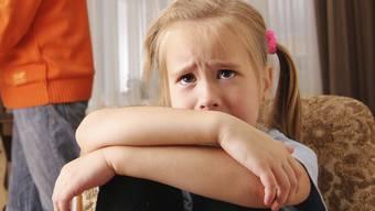 Spontan draussen ein bisschen kicken – das wäre für die Psyche der Kinder oft gesünder als fix eingeplantes Fussballtraining oder andere Förderung in der Freizeit.