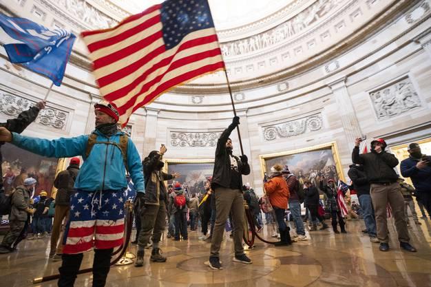 US-Flaggen und Badehosen: Diese Bilder gingen um die Welt.