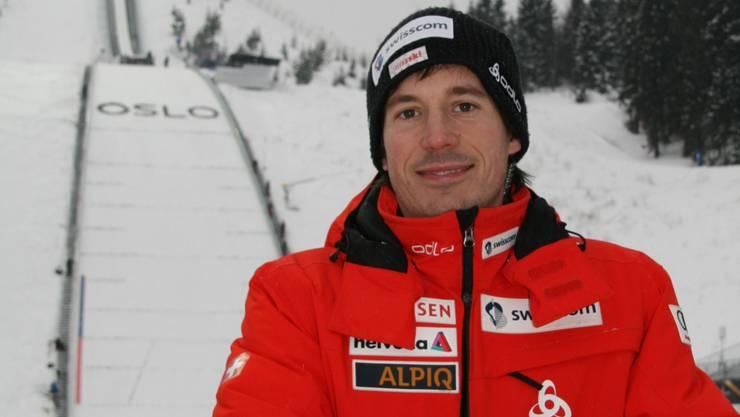 Fabian Ammann vor Oslos Normalschanze, wo sein Coucousin Simon heute um eine Medaille kämpft. Foto: sst