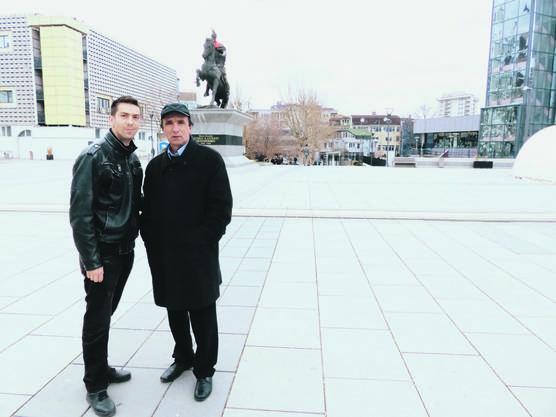 Mirsat Nimonaj und sein Sohn Shpetim (auf dem Bild in Pristina) wollen das Land touristisch entwickeln.