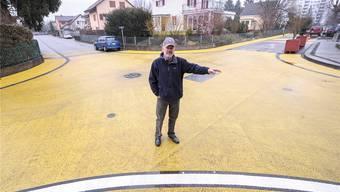 «Das ist meineidgfährli»: Felix Knöpfel, pensionierter Fahrlehrer und alt Gemeinderat, stört sich an der «gelben Kreuzung» im Prattler Gehrenacker-Quartier. Auch Experten haben Mühe mit der Farbe.