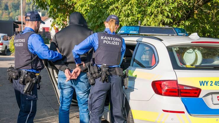 Die Polizei verhaftete am Freitag zwei Tatverdächtige in Aarau. (Symbolbild)