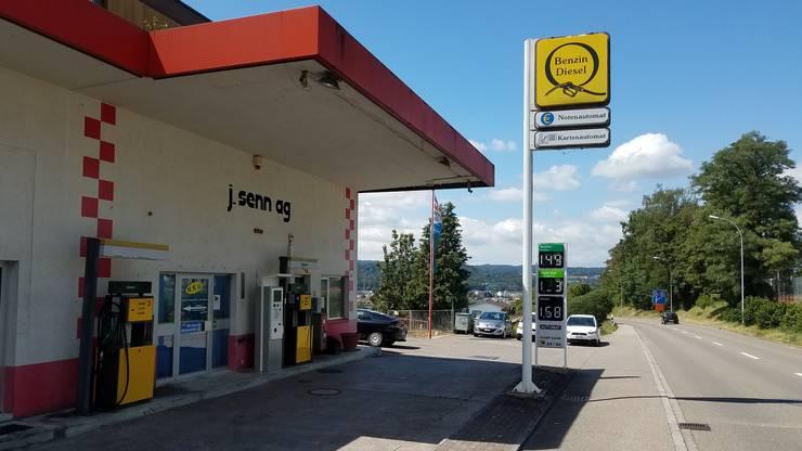 Darauf folgt die Tankstelle der J. Senn AG in Döttingen: Hier zahlen Autofahrer 1,49 Franken pro Liter.