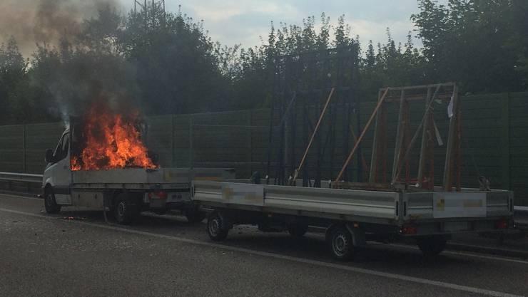 Oberentfelden AG, 18. Juli: Der Lieferwagen geriet auf der Autobahn in Brand. Ursachen sind noch unbekannt.