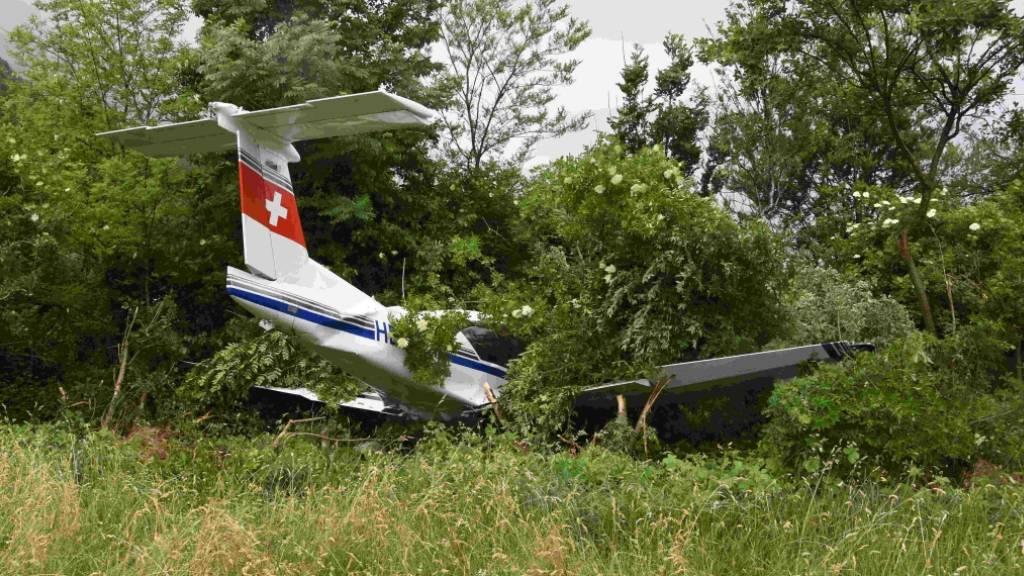 Das Flugzeug überquerte eine Wiese und eine Strasse. Schliesslich blieb es im Gebüsch stecken.