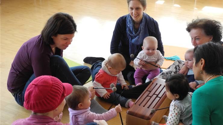Zuhören, tasten oder Xylofon spielen: Mit allen Sinnen sind die Babys am Kurs Eltern-Baby-Singen der Musikschule Rheinfelden/Kaiseraugst dabei. mf