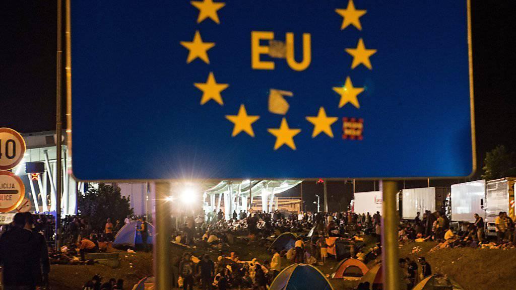 Flüchtlinge an der kroatisch-slowenischen Grenze. Slowenien will seine Grenzkontrollen verstärken. (Archiv September 2015)