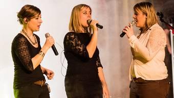 Auf der Bühne in der Aula Brühl (v.l.): Carol, Larissa und Steffi.
