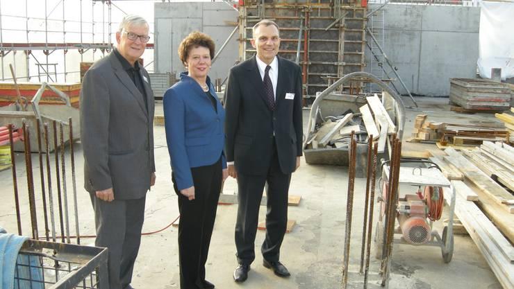 Von links, Max Bobst, Genossenschaft Optima Solar, Frau Landammann Esther Gassler und Felix Müller, Ausgleichkasse Kanton Solothurn AKSO auf dem Gebäude, dass im obersten Stock erweitert wird und auf dem Flachdach eine Solaranlage erhält.