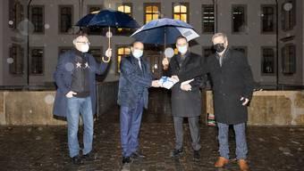 Von links: Heiner Kuster, Vorstandsmitglied Gastro Aargau, Landammann Markus Dieth, Regierungsrat Jean-Pierre Gallati und Bruno Lustenberger Präsident von  Gastro Aargau, bei der Übergabe des «Geschenks».