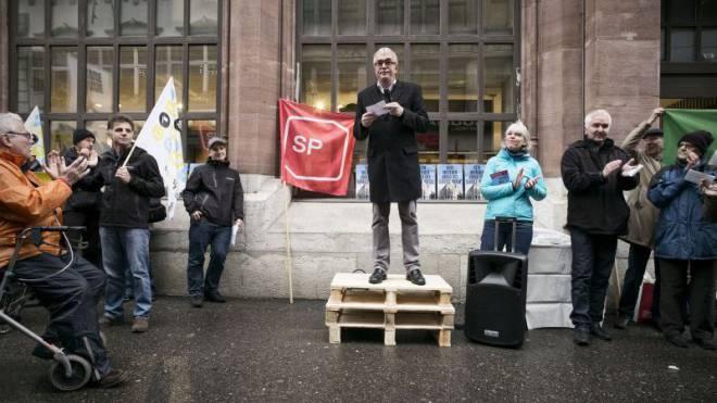 Wirtschaftsdirektor Christoph Brutschin (SP) will für die Post kämpfen, wie er an der Demonstration am Samstag sagte. Die Bürgerlichen blieben der Veranstaltung fern. Foto: Roland Schmid
