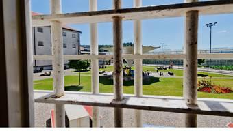 In einer Zelle in der Justizvollzugsanstalt Lenzburg sitzt der Dirnenmörder nun im fürsorgerischen Freiheitsentzug.