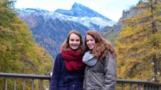 Stolz präsentieren sich Joelle Müller und Katarina Nemcek vor dem vermeintlichen Matterhorn. Foto: Daniel Krebs (15 Jahre)