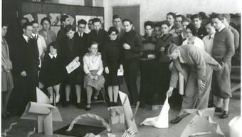 Der deutsche Malerund Kunstpädagoge Josef Albers mit einer Gruppe Studenten im Vorkurs am Bauhaus in Dessau im Jahr 1928.