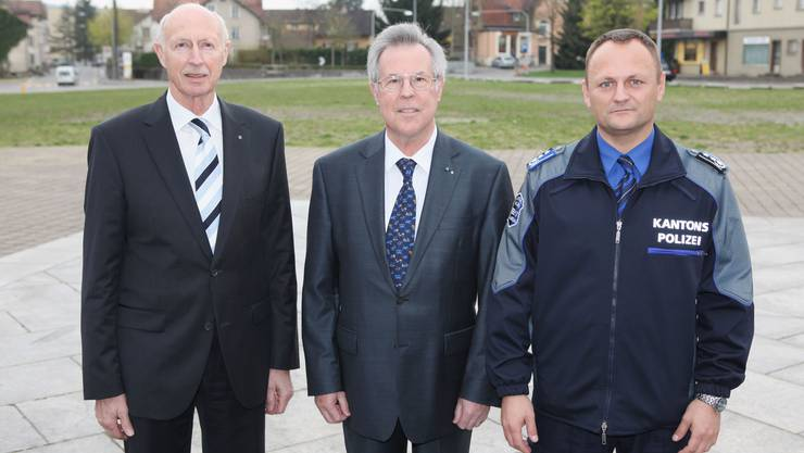 Der legendäre ehemalige Polizeikommandant Léon Borer (links), Kurt Wernli und der jetzige Kommandant Stephan Reinhardt. Fotos: rahu