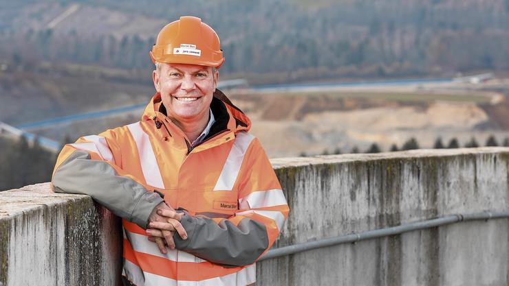 Marcel Bieri (54) ist seit 2011 Werkleiter bei der Jura-Cement-Fabriken AG in Wildegg. Das Bild zeigt ihn auf dem neusten Zementlagersilo in Wildegg, im Hintergrund ist der Steinbruch zu sehen.