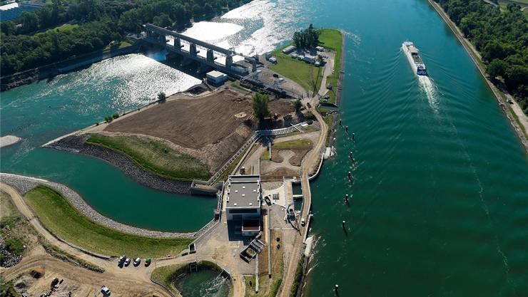 Oberhalb des eckigen Gebäudes des Wasserkraftwerks ist die Fischtreppe zu sehen.
