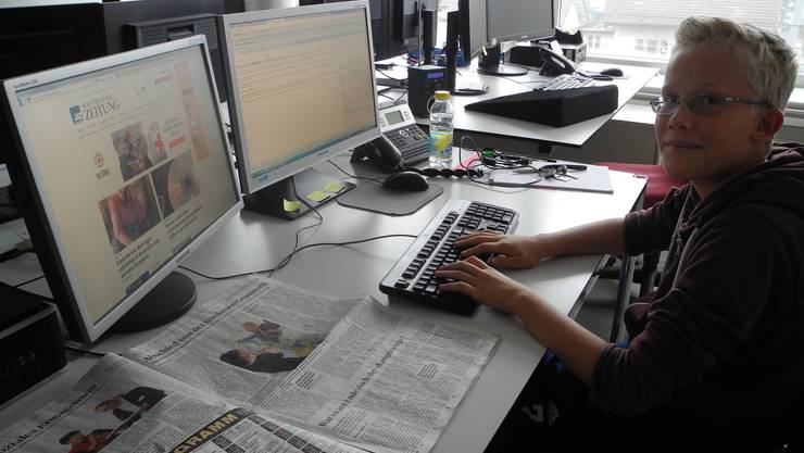 Joël schreibt seine eigene Story für die Online-Redaktion.