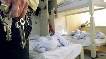 Gefängniswärter von Champ-Dollon auf einem Kontrollgang (Archiv)