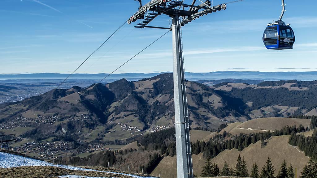 Ein 35-jähriger Mann ist am Montag bei Arbeiten an der Gondelbahn in Charmey im Kanton Freiburg rund 14 Meter in die Tiefe gestürzt. Der Mann starb noch auf der Unfallstelle. (Archivbild)