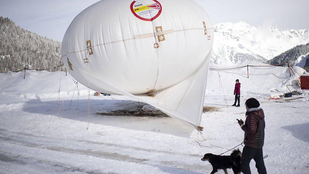 In Davos startet eine zweimonatige Messkampagne, bei der unter anderem ein Fesselballon zum Einsatz kommt. Die Forschenden wollen mithilfe der Messungen mehr darüber lernen, wie Niederschlag im Gebirge entsteht.