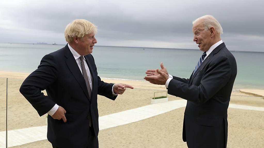 Boris Johnson (rechts), Premierminister von Großbritannien, und Joe Biden, Präsident der USA, unterhalten sich bei einem gemeinsamen Treffen vor dem G7-Gipfel.
