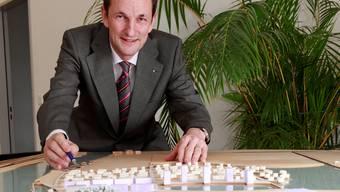Ivo Bracher und ein Modell der Wasserstadt. (Archiv)