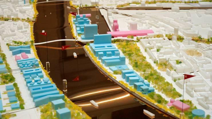 Drei neue Brücken zeigt das Modell. Die erste ganz unten verbindet den Novartis Campus mit Kleinbasel, die zweite von unten Kleinhüningen mit Frankreich, die dritte das Dreiländereck mit Weil. Kenneth Nars