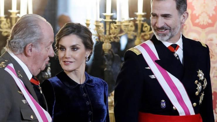 In Paradeuniform: Der spanische König Felipe VI. (r.) und seine Frau Letizia mit Felipes Vater Juan Carlos (l.) während der traditionellen Militärzeremonie zum neuen Jahr in Madrid.